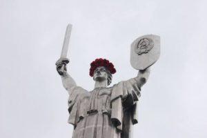 На статую Батьківщини-Матері знову наділи вінок