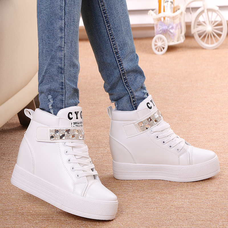 Ще недавно дівчатам доводилося вибирати між стильним і зручним взуттям. Але  ось уже кілька сезонів поспіль і на подіумах c63b7aac6898e